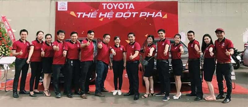 Nhân viên Toyota mặc áo đồng phục