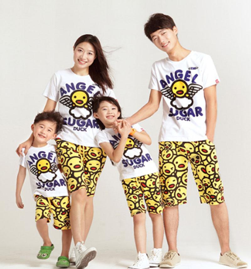 Mặc áo thun đồng phục gia đình cùng lúc để tạo hình ảnh đẹp cho gia đình