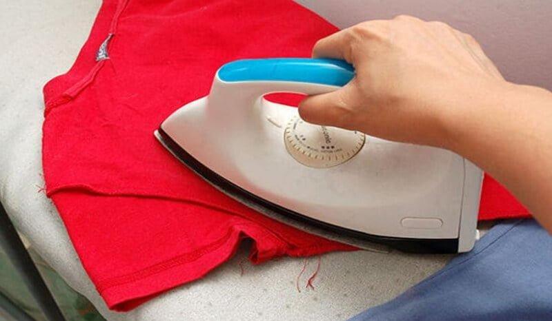 Ủi áo phông giúp áo được bền màu