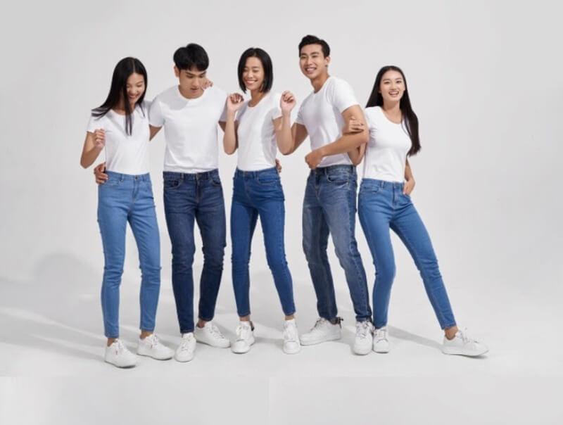 Quần jean và áo thun là set đồ đơn giản mà cả nam lẫn nữ mặc đều đẹp