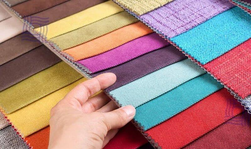 Bạn có thể sờ lên mặt vải để phân biệt được chất cotton thật và cotton pha sợi nhân tạo