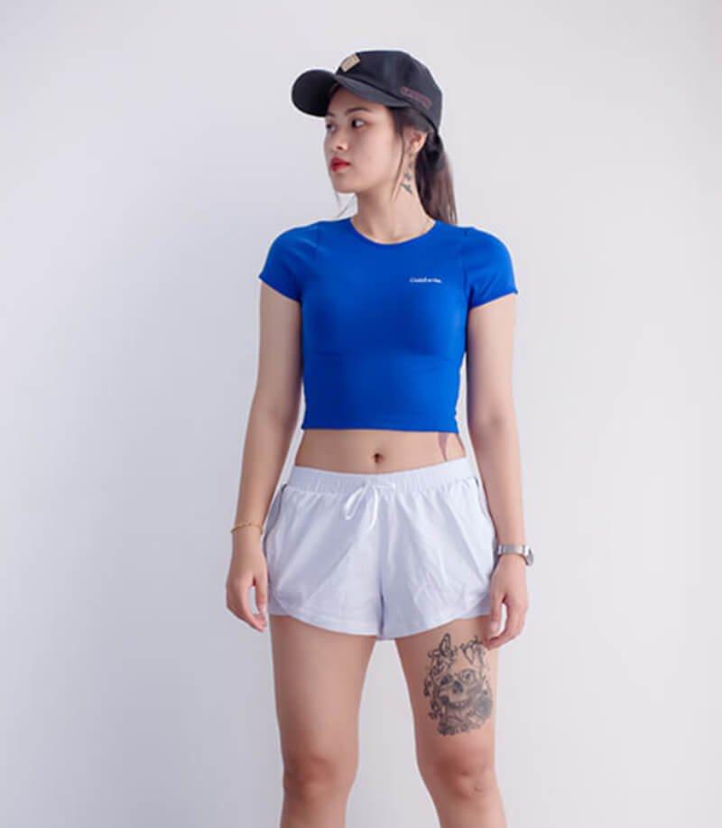 Áo croptop phối với quần đùi 2 lớp trông rất trẻ trung