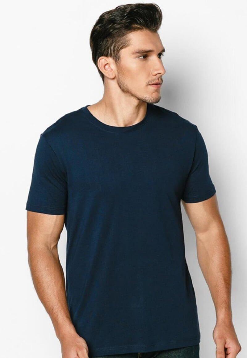 Hãy ưu tiên chọn những kiểu áo thun có màu sắc lạnh hoặc trung tính