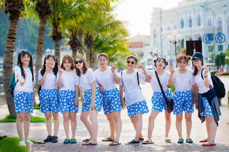 Đi chơi theo nhóm là cơ hội diện quần short rực rỡ với áo thun đồng phục