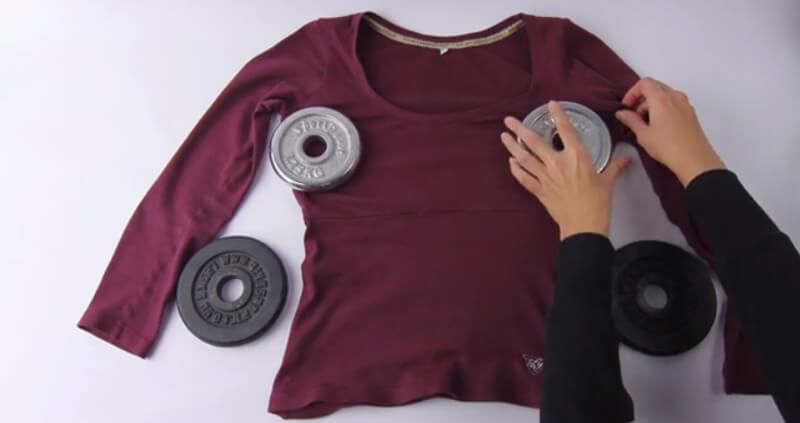 Kéo giãn áo bằng các vật nặng