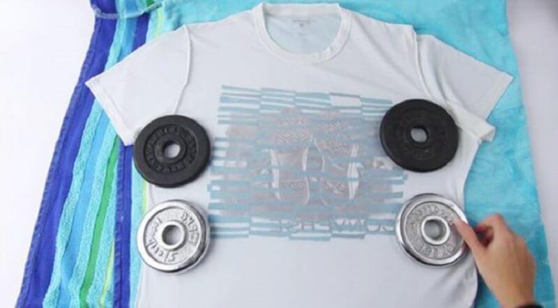Đặt vật nặng để cố định phần thân áo muốn kéo giãn