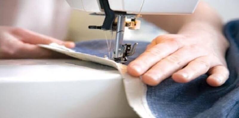 Chiết lại phần eo để chân váy vừa vặn hơn với cơ thể