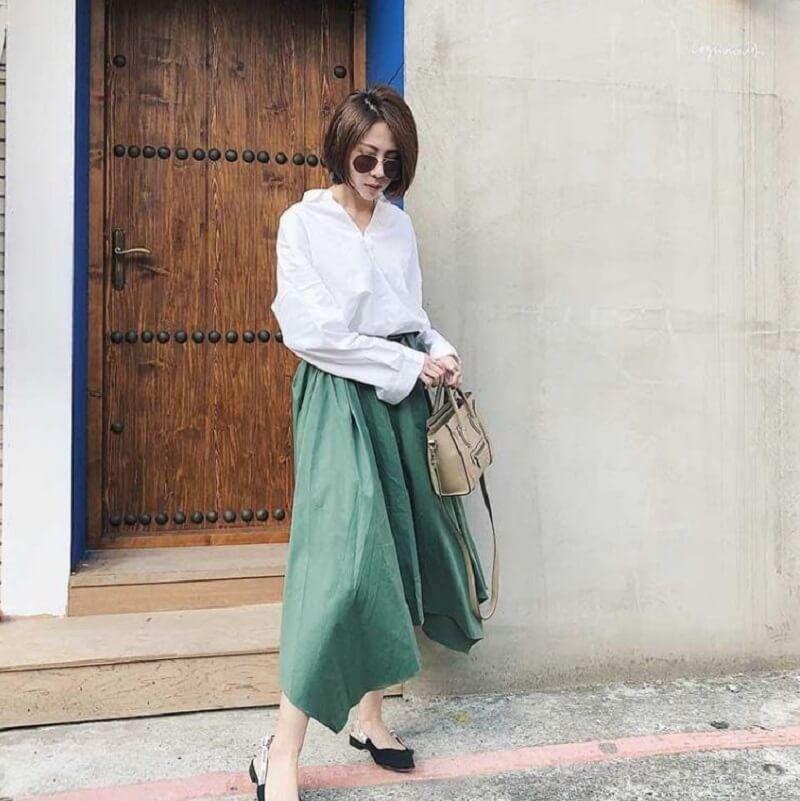 Chân váy midi kết hợp áo sơ mi trắng thanh lịch