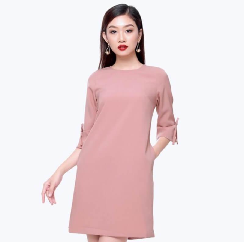 Váy suông có tay là mẫu trang phục được nhiều chị em công sở lựa chọn
