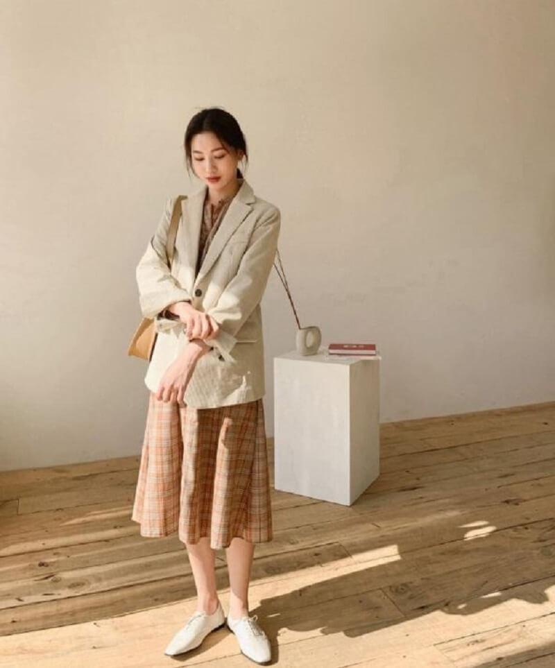 Áo khoác kết hợp với váy liền thân là một gợi ý hay cho bạn nữ văn phòng
