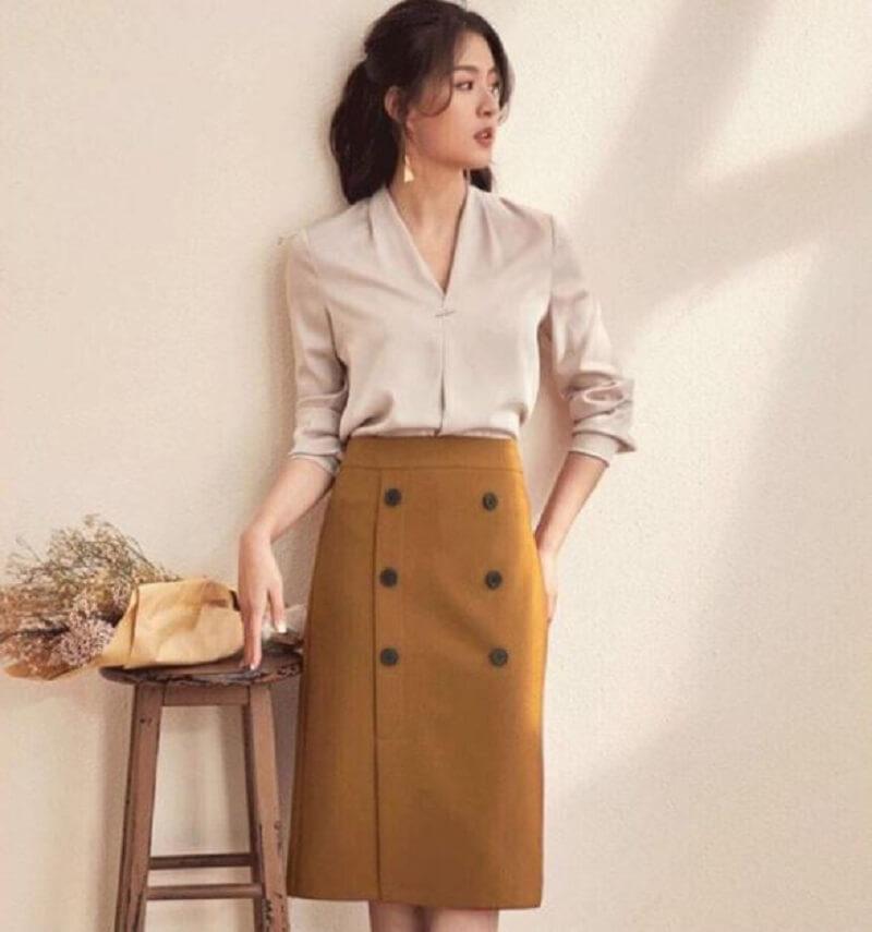 Chân váy bút chì và áo sơ mi là một item không thể thiếu của nàng công sở