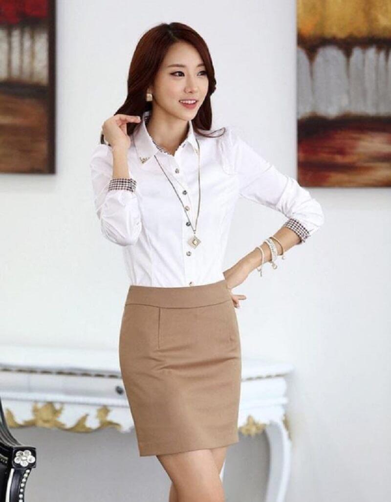 Set sơ mi trắng và chân váy màu be là một item đáng trải nghiệm cho bạn nữ công sở