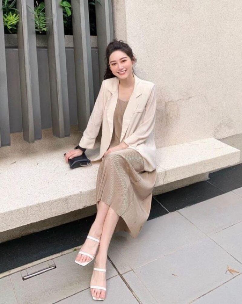 Lịch lãm, sang trọng cho nữ văn phòng chính là sự kết hợp áo blazer màu be nhạt và váy suông màu be hơi tối màu