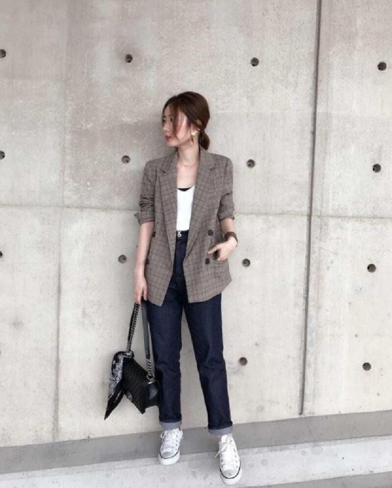 Blazer màu ghi có thể kết hợp với nhiều loại trang phục tông màu khác nhau