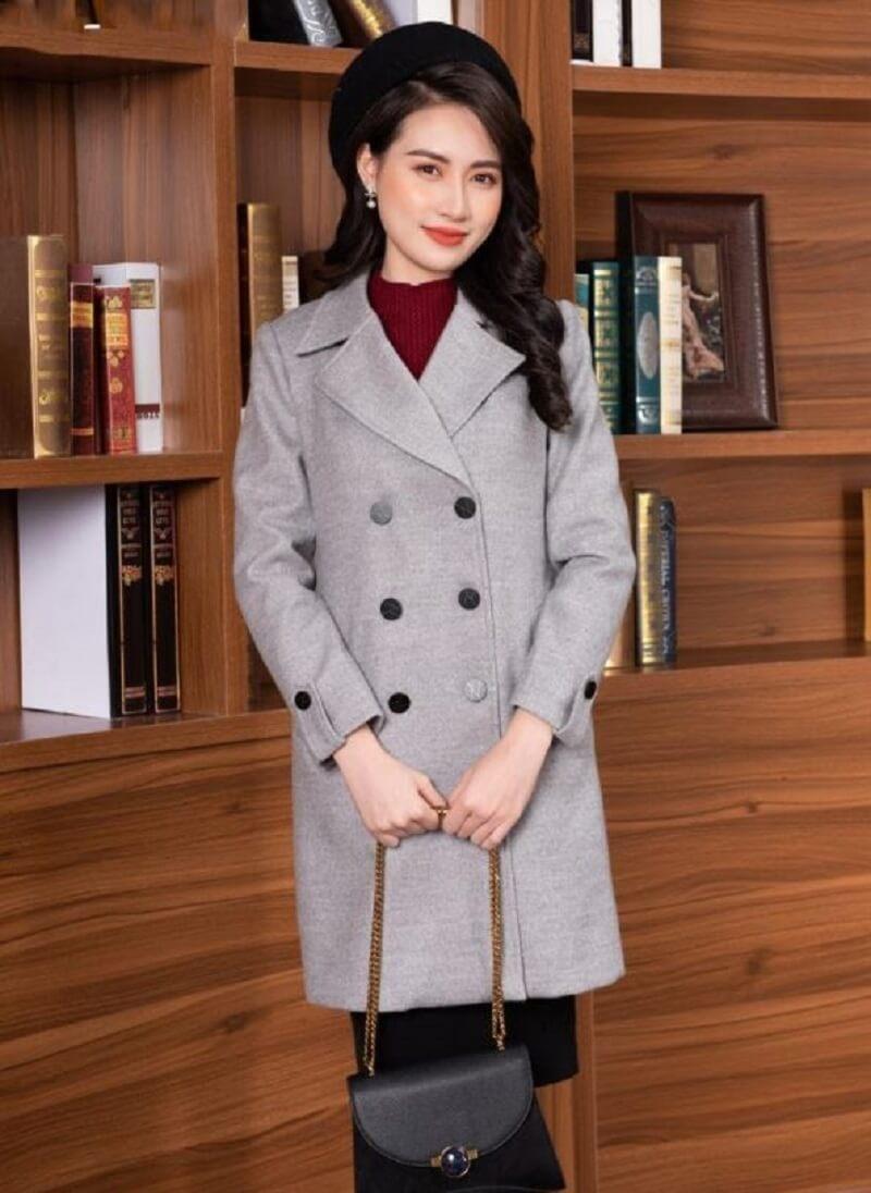 Một chiếc áo khoác dạ màu ghi ấm áp nên có trong tủ đồ của nữ công sở