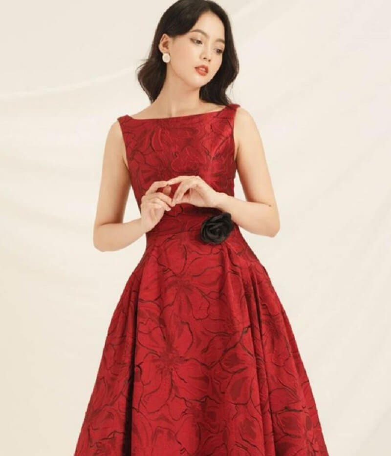 Một chiếc đầm đỏ đến công sở thật hoàn hảo cho nàng