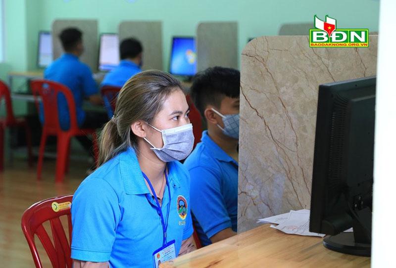 Khách hàng sử dụng sản phẩm đồng phục tại trung tâm giáo dục nghề nghiệp Tây Nguyên