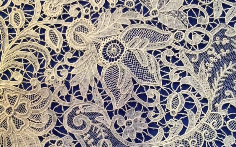 Vải ren kim được dệt rất nhiều hình, họa tiết lên bề mặt vải